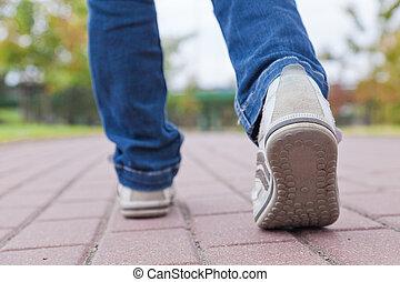 vandrande, trottoar, reko kille skor