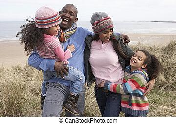 vandrande, vinter, familj, dyner, längs, strand