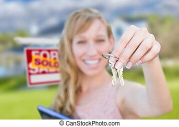 verklig, kvinna, egendom, stämm, hus, såld skylt, holdingen, främre del, färsk, home., spänd, trevlig