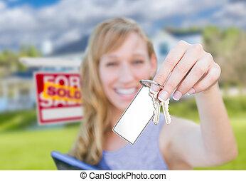 verklig, kvinna, egendom, stämm, hus, såld skylt, holdingen, tom, främre del, färsk, home., kort