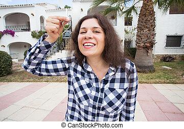 verklig, rolig, kvinna, egendom, henne, efter, -, ung, hus, hem, hyresgäst, nyckel, holdingen, främre del, hem, egenskap, färsk, uppköp
